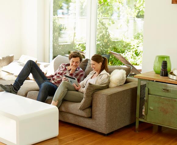 Junge Menschen sitzen auf dem Sofa