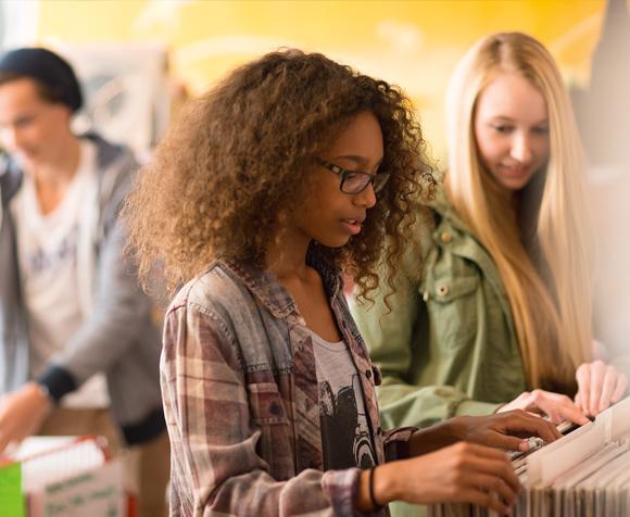 Jugendliche in einem Musikgeschäft